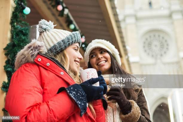 Twee vrouwen op kerstmarkt
