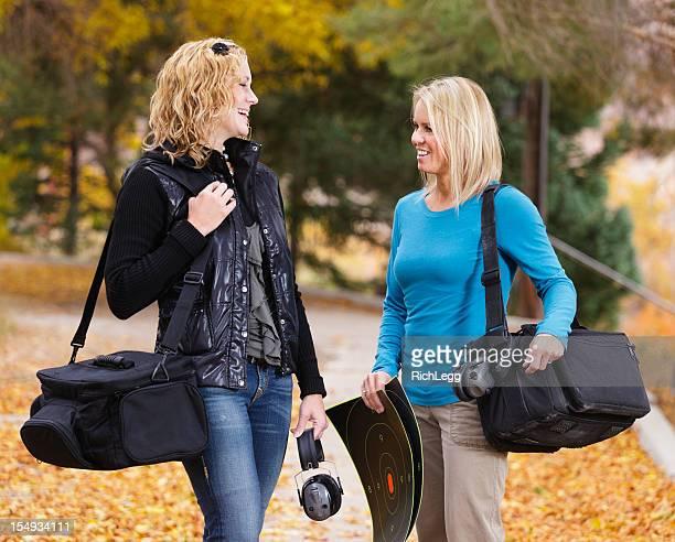 Zwei Frauen in das Shooting Range