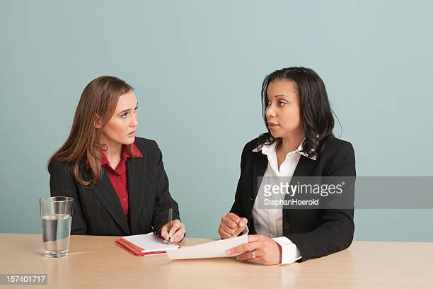 Zwei Frauen sprechen bei einem Geschäftstreffen, Notizen