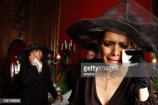 2 人の女性が黒と頭にフューネラル