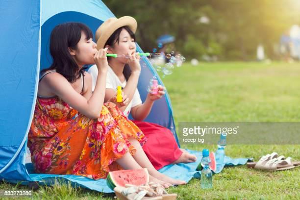 夏に泡を吹いて楽しんでいる二人の女性