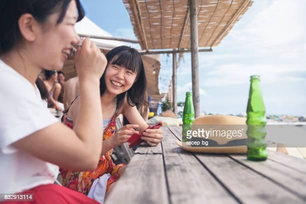 ビーチでの時間を楽しんでいる二人の女性