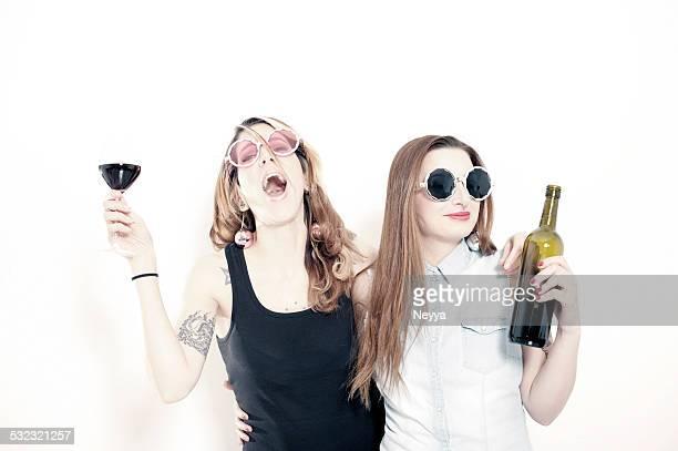 Due amici di donne bere vino rosso insieme