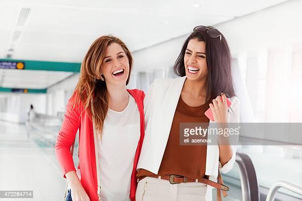 Deux femmes amis marchant dans le métro de Dubaï.