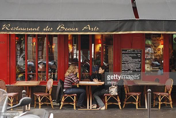 Deux femmes au bistro, à Paris