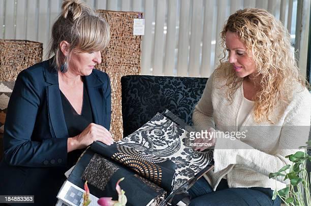 Deux femmes à la recherche de tissu échantillons