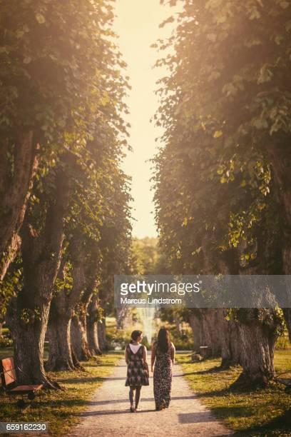 Deux femmes en marchant dans un parc