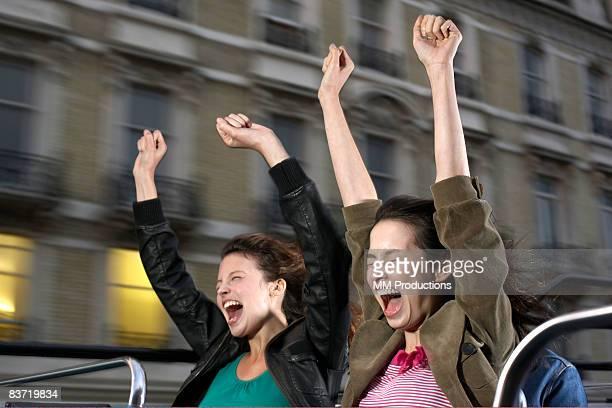 Deux femmes Pousser un cri de bus à toit ouvert