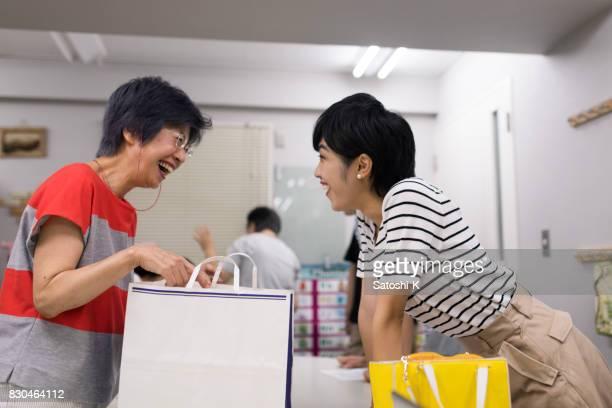 2 人の女性の紙袋に小道具に驚いた