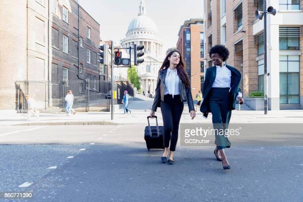 ビジネス会議に一緒に歩いている 2 人の女性