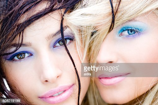 deux femmes avec maquillage et souriant proches photo getty images. Black Bedroom Furniture Sets. Home Design Ideas