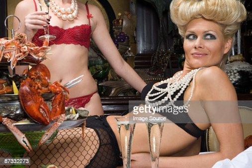 Deux femmes portant des sous-vêtements dans la salle de banquet