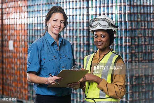 Zwei Frauen arbeiten im Lager einer manufacturing plant