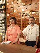 Zwei Arbeiter in hardware store