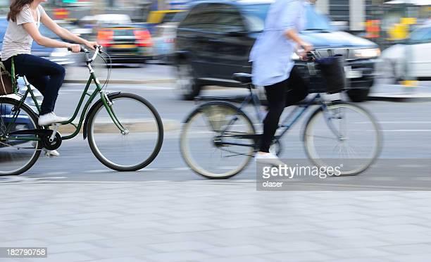 Due giovane adulto bambine in bici, nelle traffico