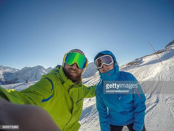 Deux jeunes adultes de prendre selfie portrait sur les pistes de ski