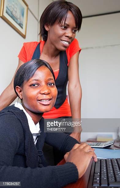 Deux jeune femme africaine personnel de bureau