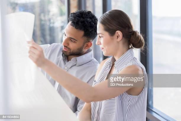 Dos jóvenes arquitectos estudian modelo en iluminación natural
