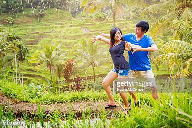 Due giovani balinesi le prove danza di Risaia