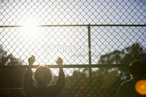 Zwei Kleine Jungs In Einem Kette Zaun Stock-Foto | Thinkstock