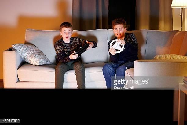 Dois jovens rapazes tendo divertido jogar jogos de vídeo