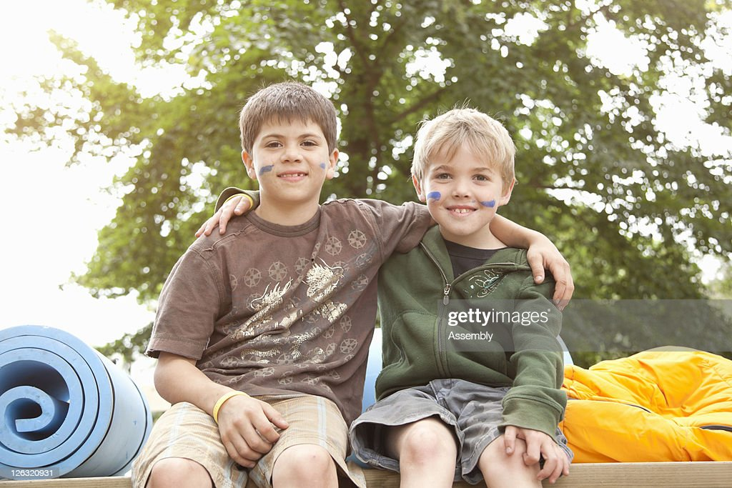 Two young boys in tree fort, portrait : Stock Photo