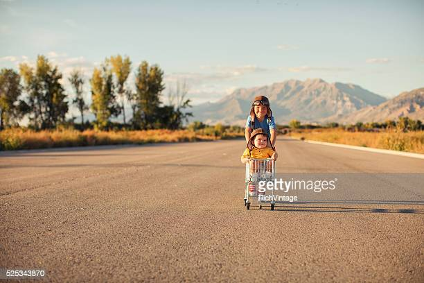 Deux jeunes garçons Racing panier d'achats