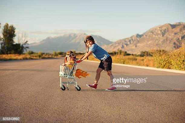 Zwei Jungen Racing Einkaufswagen