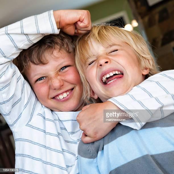 Zwei Jungen Brüder kämpfen.