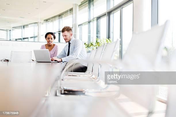 Zwei jungen Geschäftsleuten in modernen Büro