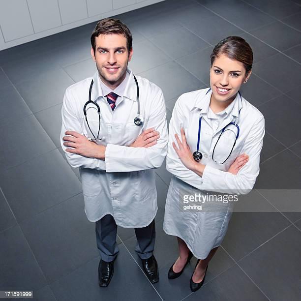 Zwei junge Ärzte