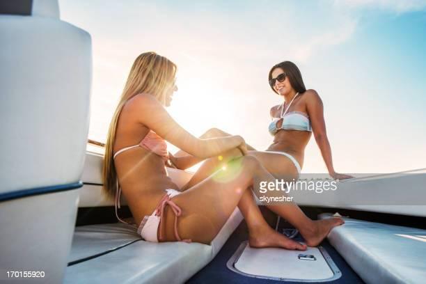Deux jeunes filles en bikini sur la vedette.