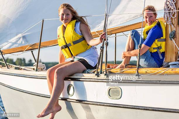 Deux jeunes femmes, profitez d'une journée de bateau