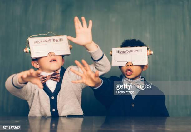 仮想現実のヘッドセットを使って 2 つの若い男性のオタク