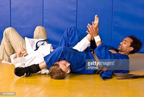 Dos jóvenes atletas durante el ejercicio de las artes marciales