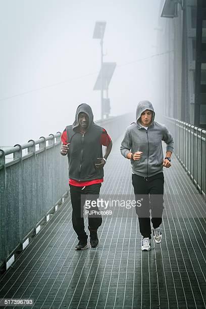 Zwei junge Männer läuft auf iron bridge