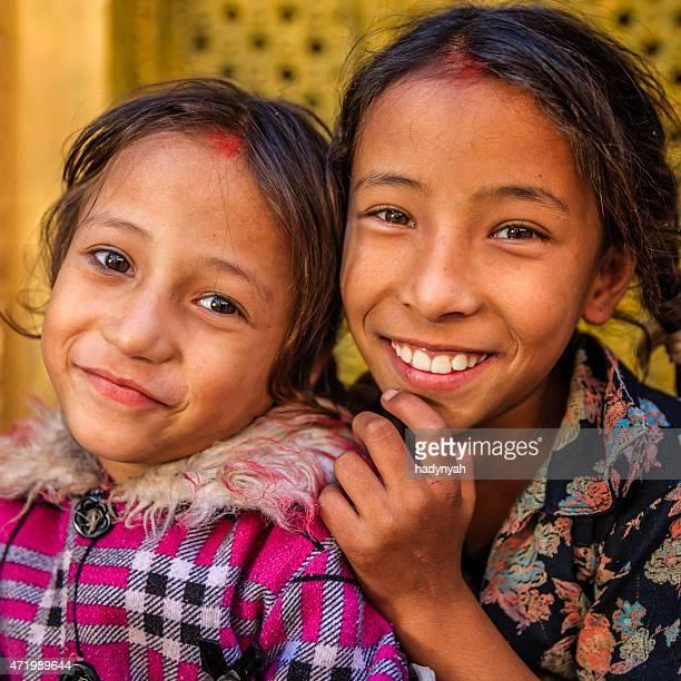Zwei Jungen Nepali Mädchen in einem der Bhaktapur Tempel