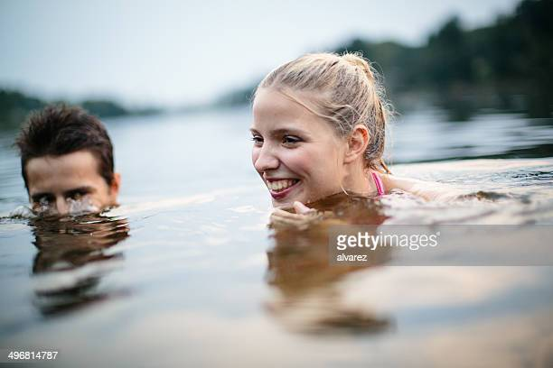 Zwei junge Teenager auf den See
