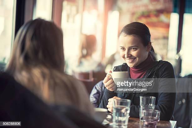 Due giovani donne chiacchierando in un Coffee Shop