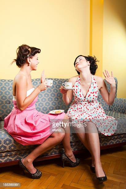 Deux jeunes femmes buvant un café