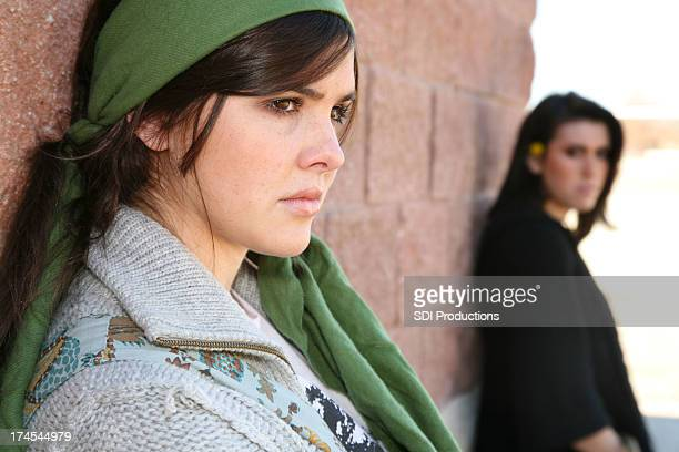 2 つの若い女性が、口論