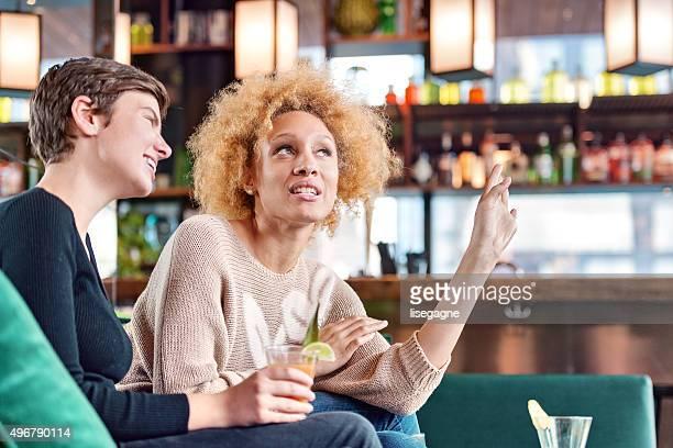 Due giovani donne in un lounge