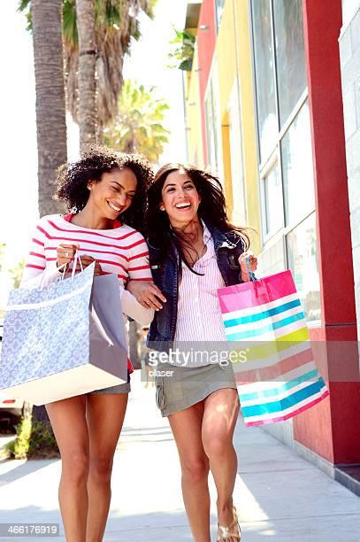 2 つの若い女性のショッピング、お楽しみください。