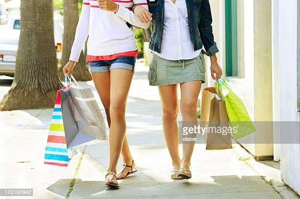 Deux jeunes femmes shopping à