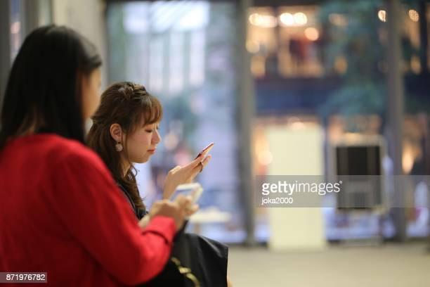 1 階のホールで休んで二人の若い女性