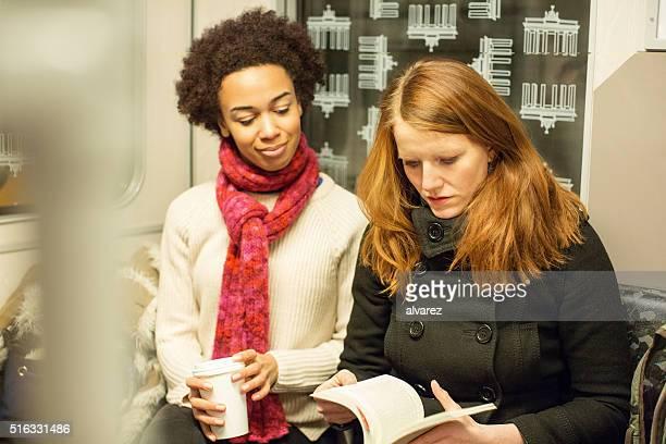 Zwei junge Frauen, die mit der U-Bahn