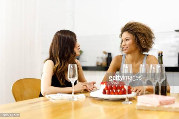 誕生日に携帯電話を使用して 2 人の若い女性