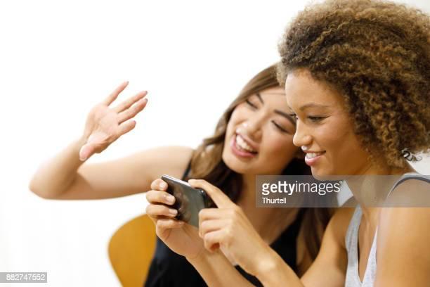 電話を使用して 2 人の若い女性