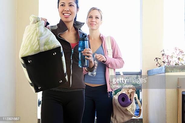 Deux jeunes femmes avec des sacs de sport