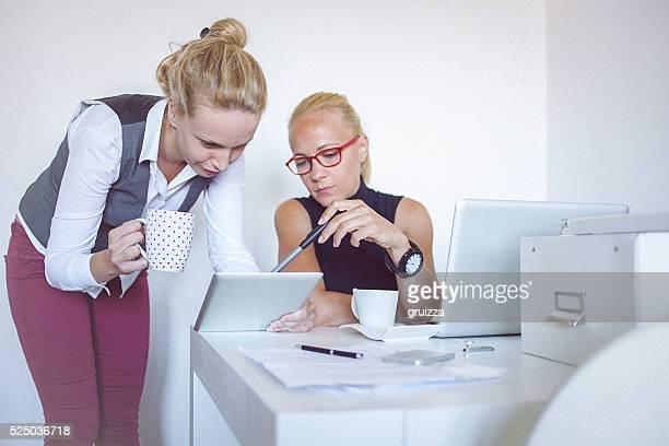 2 つの若い女性自宅勤務オフィス